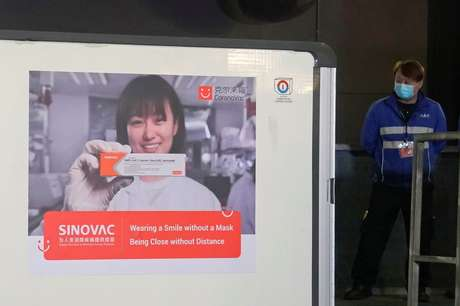 Contêiner com doses da vacina contra Covid-19 CoronaVac chega a Hong Kong 19/02/2021 Kin Cheung/Pool via REUTERS