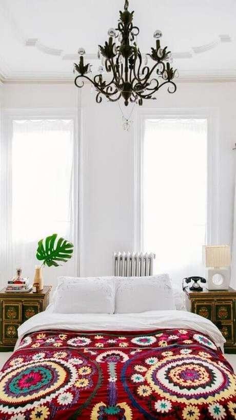 46. Decoração clean para quarto de mulher todo branco com lustre candelabro e criado mudo de madeira – Foto: Apartment Therapy