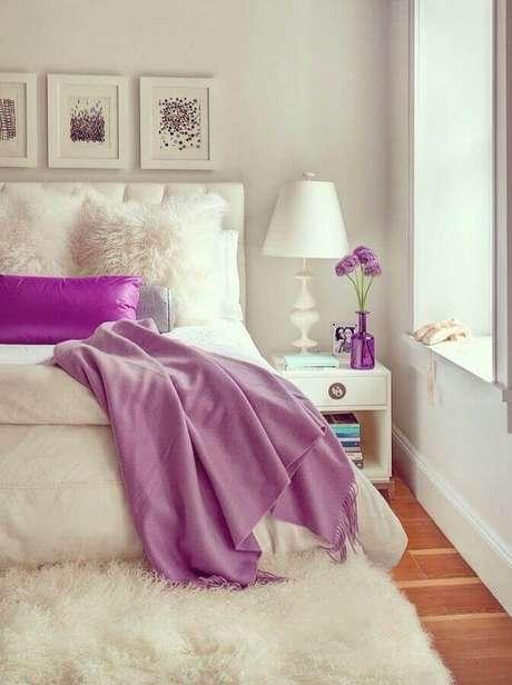 36. Invista no tapete felpudo para trazer mais aconchego para o quarto de mulher decorado – Foto: Casa de Valentina
