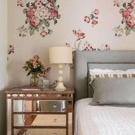 51. Papel de parede para quarto de mulher clássico decorado com criado mudo espelhado – Foto: Pinterest