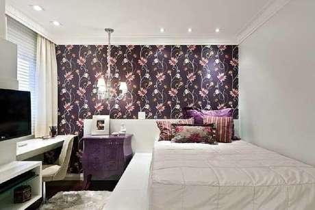 50. Papel de parede floral para decoração de quarto de mulher branco com bancada de estudo – Foto: Ideias Decor