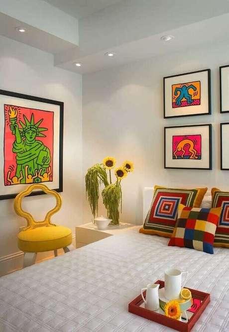 6. As almofadas e quadros coloridos fazem toda a diferença na decoração de quarto de mulher todo branco – Foto: Pinterest