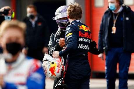 Enquanto Lewis Hamilton assume a ponto do campeonato com 44 pontos, Max Verstappen vem logo atrás com 43
