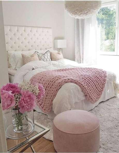 12. Decoração para quarto de mulher romântico branco e rosa com cabeceira capitonê – Foto: Amy Stebbins Couture