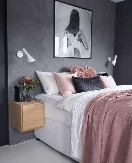 61. Decoração de quarto de mulher com parede de cimento queimado e criado mudo suspenso de madeira – Foto: Pinterest