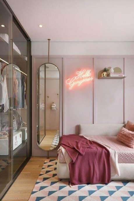 44. Luminária neon para quarto de mulher moderno decorado com guarda roupa planejado – Foto: Pinterest