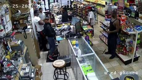 Imagens de vigilância mostram George Floyd em uma loja de alimentos pouco antes de sua morte