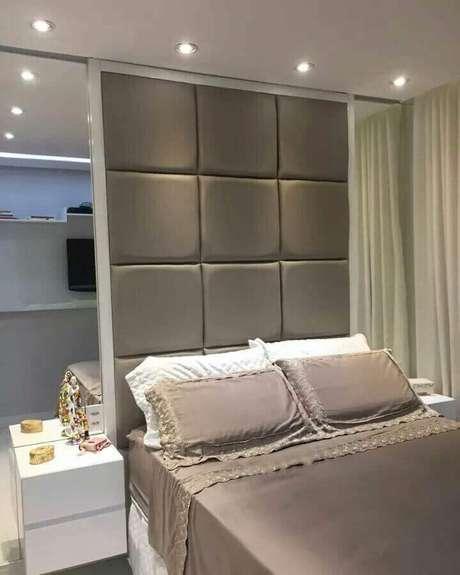 14. Cabeceira cinza até o teto para decoração de quarto de mulher com parede espelhada – Foto: Ducale Arquitetura