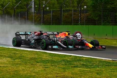 Lewis Hamilton e Max Verstappen duelam pelo título da temporada 2021 da F1