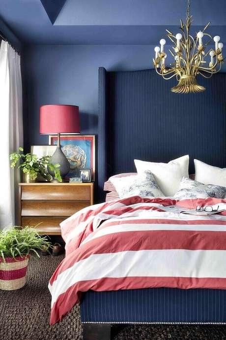 47. Decoração de quarto de mulher azul e rosa com lustre dourado – Foto: Studio Lab Decor