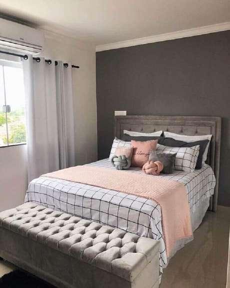 40. Decoração de quarto de mulher simples cinza com detalhes em rosa – Foto: Pinterest