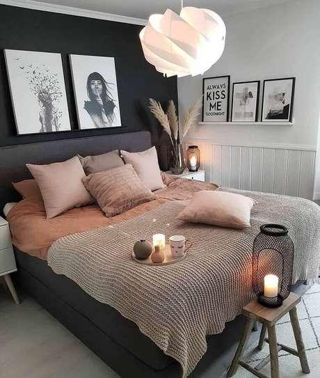 58. Decoração de quarto de mulher com parede preta e prateleiras para quadros – Foto: Pinterest