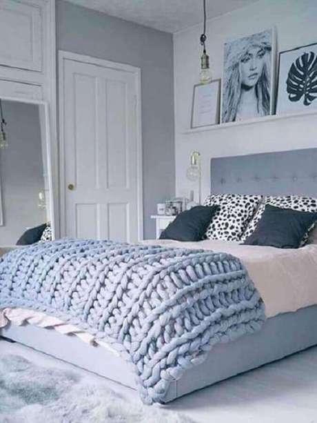 22. Decoração de quarto de mulher cinza com prateleira para quadros – Foto: Pinterest
