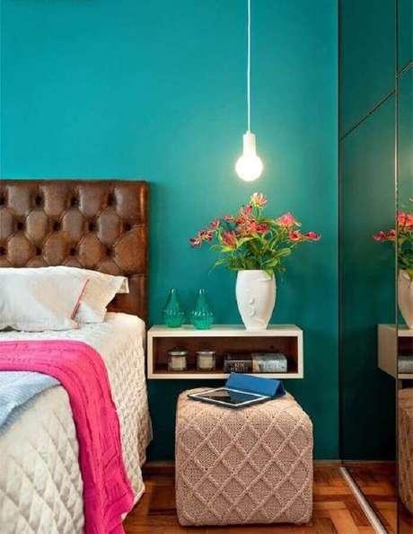 16. Cabeceira de couro marrom para decoração de quarto de mulher com parede azul turquesa – Foto: Pinterest