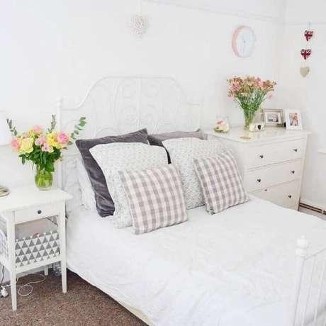 30. Decoração clean com vasos de flores para quarto de mulher todo branco – Foto: Pinterest