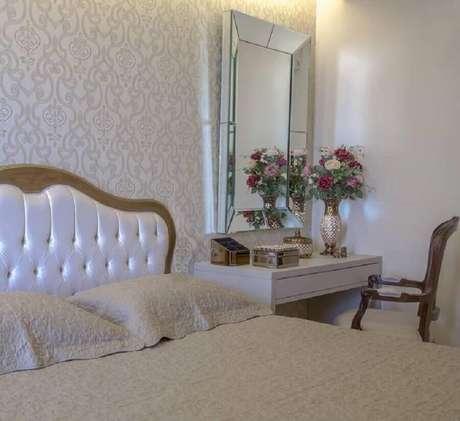 23. Papel de parede para quarto de mulher clássico decorado com espelho bisotado para penteadeira branca – Foto: Monise Mendonça