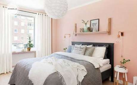 27. Ideias para quarto de mulher simples decorado com lustre redondo branco e parede cor de rosa – Foto: Yandex