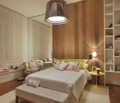 57. Parede amadeirada para decoração de quarto de mulher planejado – Foto: Pinterest