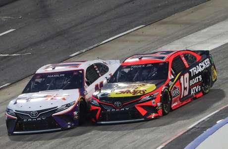 Denny Hamlin (esq.) e Martin Truex Jr correm pela equipe Joe Gibbs, mas na Nascar não existe jogo de equipe.