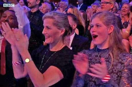A neta preferida de Elizabeth gosta de competições de dança na TV: já esteve na plateia de um show do gênero no canal BBC, ao lado da mãe, condessa Sophie