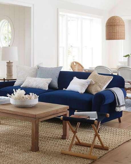 33. Sala com sofá azul marinho pequeno – Foto PLANETE DECO a homes world
