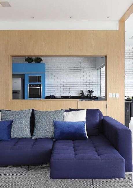 55. Sofá azul marinho na sala cinza e moderna – Foto Mauricio Gebara Arquitetura