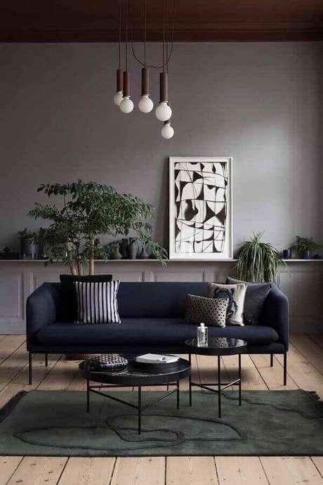 26. Sala cinza com sofá azul marinho – Foto Made In Design