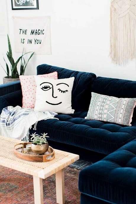 53. Sofá azul marinho em L com almofadas divertidas – Foto Pinterest
