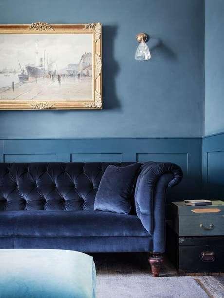 18. Sala azul claro com sofá azul marinho – Remodelista