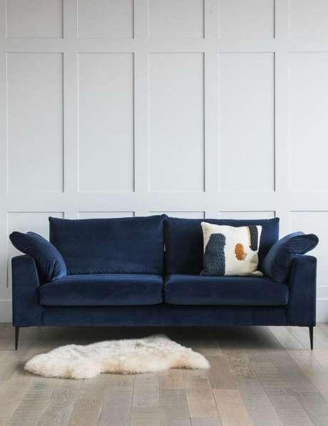 20. Sala Branca com sofá azul marinho e almofada – Foto Pinterest