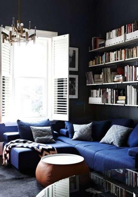 35. Sala decorada com sofá azul marinho de canto – Foto Yandez