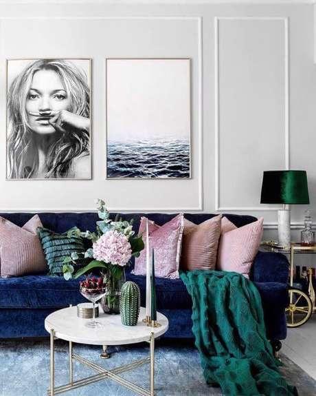 8. Sala com sofá azul marinho almofadas e rose e manta verde foto Pinterest