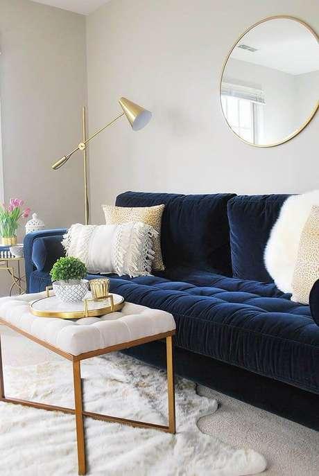 28. Sala clara com sofá azul marinho em destaque – foto Pinterest
