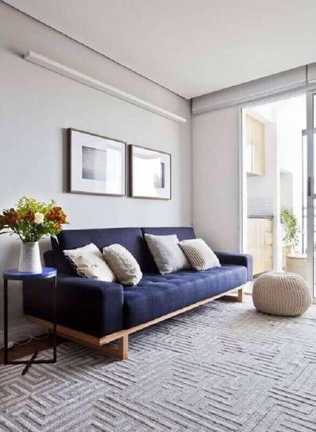 37. Sala minimalista com sofá azul marinho – Foto Ina Arquitetura