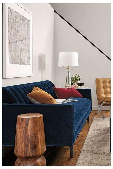 45. Sala pequena com sofá azul marinho – Foto Pinterest