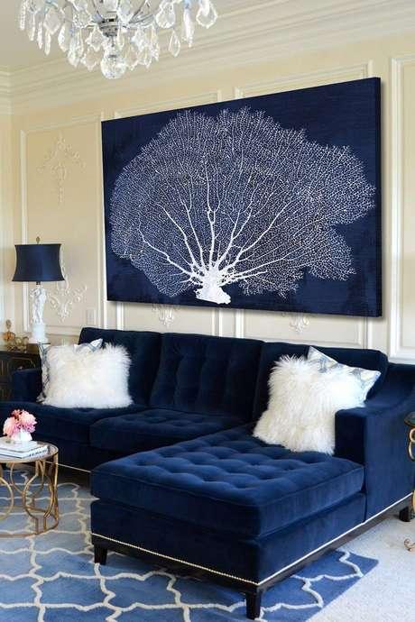 46. Sofá azul marinho com almofada branca de pelúcia Foto Pinterest