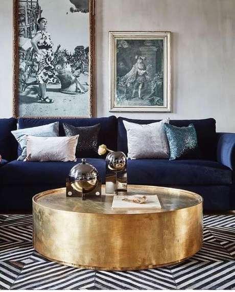 48. Sofá azul marinho com mesa de centro dourada – Foto Pinterest