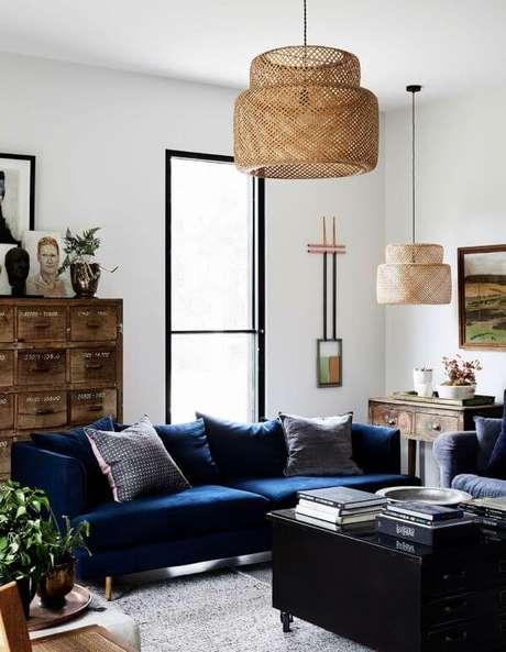 27. Sala clara com sofá azul marinho e lustre rustico – foto Pinterest
