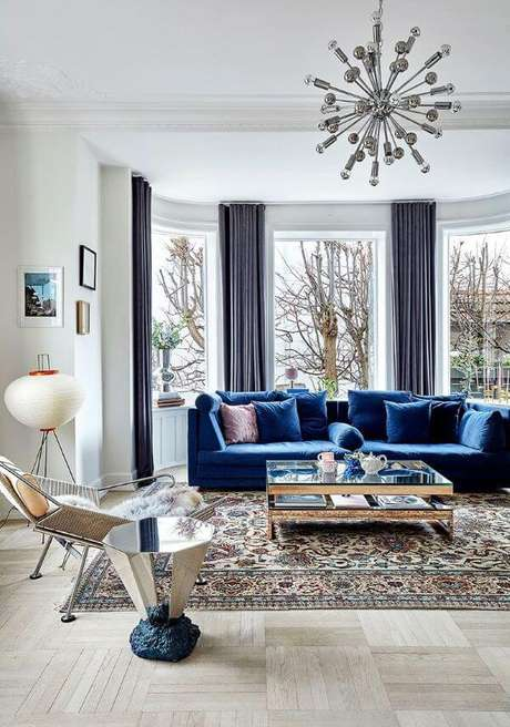4. Sala ampla com sofá azul marinho e cortina da mesma cor – Foto Pinterest