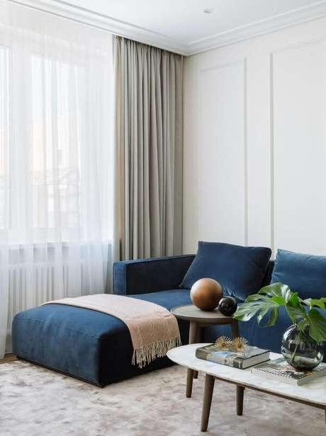 47. Sofá azul marinho com manta rosa – Foto Onterest