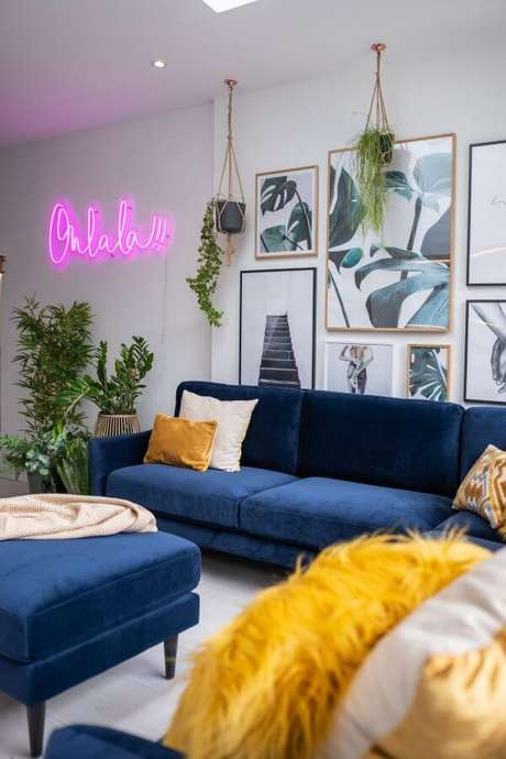 7. Sala branca com sofá azul marinho e enfeites amarelos – The Interior Editor