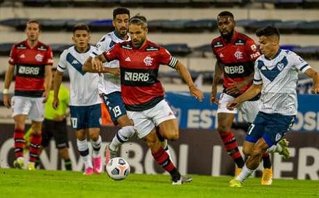 Diego fez uma partida elogiável contra o Vélez (Foto: Marcelo Cortes / Flamengo)