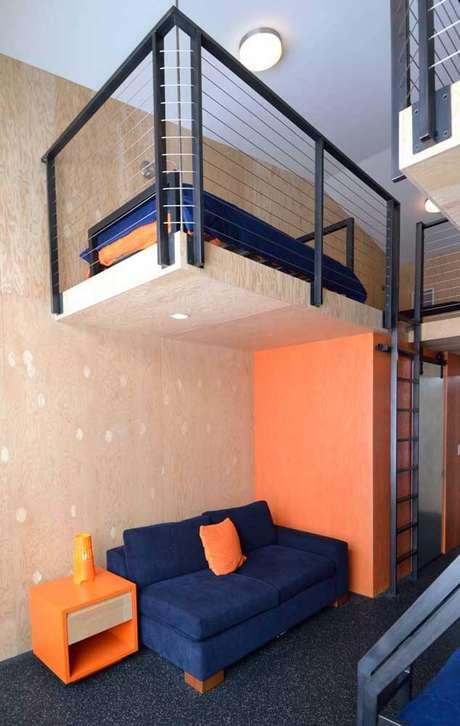 36. Sala laranja com sofá azul marinho Foto Pinterest