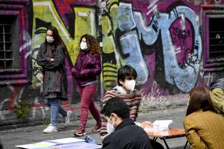 Universitários fazem estudo a céu aberto em Nápoles para cobrar volta das aulas presenciais