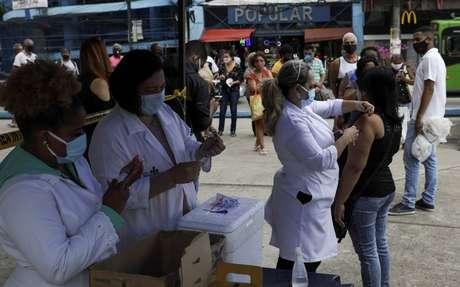 Vista de campanha de vacinação contra covid-19 no Rio de Janeiro. 21/4/2021. REUTERS/Ricardo Moraes
