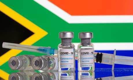 Fracos com inscrição de vacina contra Covid-19 em frente à bandeira da África do Sul. 9/2/2021. REUTERS/Dado Ruvic