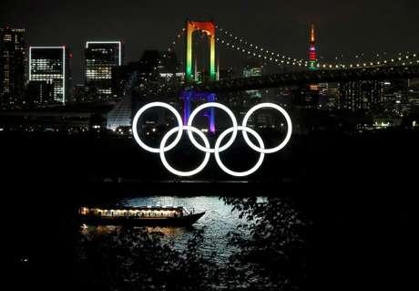 Ponte Rainbow Bridge e Torre de Tóquio são iluminadas com cores das Olimpíadas.  14/4/2021.   REUTERS/Issei Kato