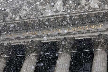 Vista de forte chuva em frente à fachada da Bolsa de Valores de Nova York. 21/4/2021.  REUTERS/Andrew Kelly