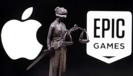 Imagem em 3D de figura representando a Justiça é mostrada entre logotipos da Apple e da Epic Games. 17/2/2021. REUTERS/Dado Ruvic