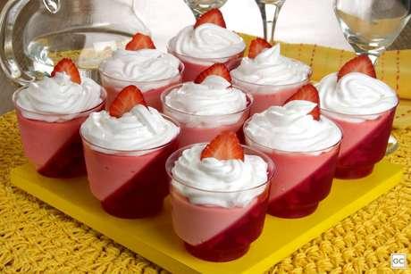 Guia da Cozinha - Copinho de gelatina e morango prático e saboroso